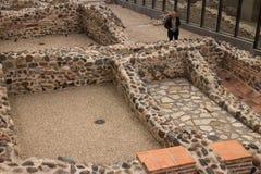 Turysta odwiedza antyczne Serdica rzymskie ruiny w Sofia, Bułgaria Zdjęcia Royalty Free