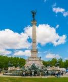 Turysta odwiedza Sławnego Girondins zabytek: Pomnikowy aux Girondins z statuami i fontanną, obrazy stock