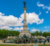 Turysta odwiedza Sławnego Girondins zabytek: Pomnikowy aux Girondins z statuami i fontanną obraz stock
