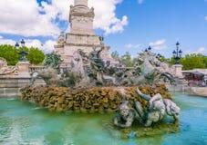 Turysta odwiedza Sławnego Girondins zabytek: Pomnikowy aux Girondins z statuy ` s i fontanną zdjęcia royalty free