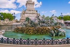 Turysta odwiedza Sławnego Girondins zabytek: Pomnikowy aux Girondins z statuy ` s i fontanną obrazy royalty free