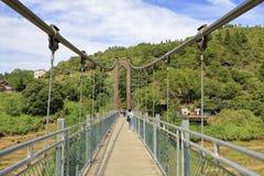 Turysta odwiedza zawieszenie most na huangling górze, adobe rgb zdjęcie stock