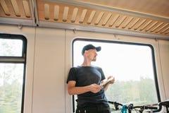 Turysta okno w pociągu z mapą w ręce fotografia stock