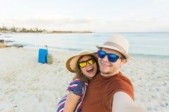 Turysta para bierze selfie na plaży Wakacje, miłości, podróży i wakacje pojęcie, Obrazy Stock
