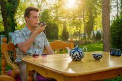 Turysta pije herbaty od pials outdoors Samarkand, Uzbekistan Zdjęcia Royalty Free