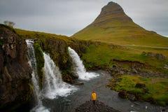 Turysta pod siklawą w Iceland, przygody fotografia, redaguje sp zdjęcia royalty free
