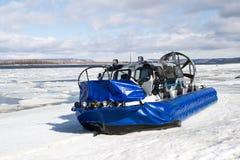 Turysta podróż na lodzie zamarznięta rzeka na łodziach na lotniczych poduszkach obrazy royalty free