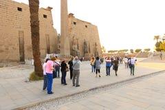 Turysta przy świątynią Luxor, Egipt - zdjęcie stock