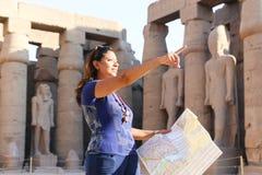 Turysta przy świątynią Luxor, Egipt - zdjęcie royalty free