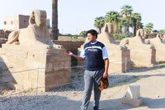 Turysta przy świątynią Luxor, Egipt - obrazy royalty free