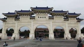 Turysta przy frontowej bramy obywatelem Chiang Kai-shek Memorial Hall w Tajwan zdjęcie wideo