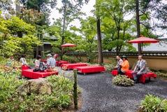 Turysta przy herbacianego domu ogródem w Kinkaku-ji świątyni Obraz Royalty Free