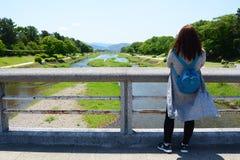 Turysta przy Kamo riverbanks kyoto Japonia Zdjęcie Royalty Free