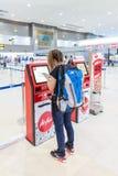 Turysta przy Lotniczą Azja jaźnią - odprawa usługowy kontuar Zdjęcia Stock