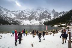 Turysta przy Morskie Oko jeziorem w Tatrzańskich górach (oko morze) Obraz Stock