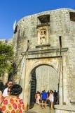 Turysta przy Palową bramą przy Starym miasteczkiem Część historyczny miasto forteca, ten bramy 1537 kamiennych cech zdjęcia stock