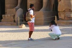 Turysta przy Ramesseum świątynią w Luxor, Egipt - obraz stock