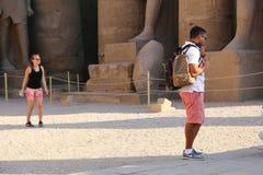 Turysta przy Ramesseum świątynią w Luxor, Egipt - obraz royalty free