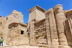 Turysta przy Ramesseum świątynią w Luxor, Egipt - zdjęcia royalty free
