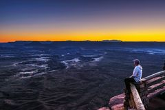 Turysta przy Zieloną rzeką Przegapia w Canyonlands parku narodowym zdjęcia royalty free