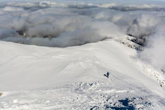 Turysta przy zimy granią Zdjęcia Royalty Free