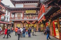 Turysta przychodzący Yuyuan ogród w wakacje, Shanghai miasta porcelana obrazy stock