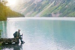 Turysta przychodził halny jezioro dostawać pijącym zdjęcia royalty free