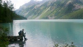 Turysta przychodził halny jezioro dostawać pijącym zdjęcie royalty free