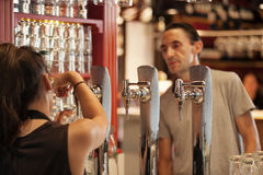 Turysta rozkazuje piwo w sławnym San Miguel rynku, Madryt obraz royalty free