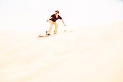 Turysta Sandboarding W pustyni Zdjęcia Stock