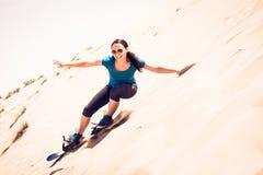 Turysta Sandboarding W pustyni Fotografia Royalty Free