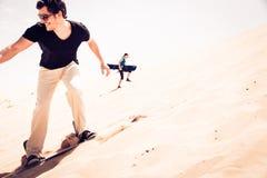 Turysta Sandboarding W pustyni Zdjęcie Stock