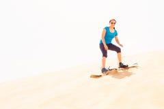 Turysta Sandboarding W pustyni Zdjęcie Royalty Free