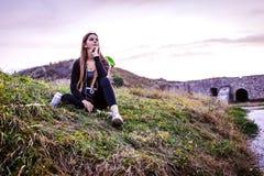 Turysta siedzi na spojrzeniach przy naturą i trawie zdjęcia stock