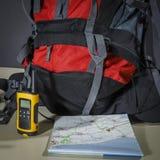 Turysta ustawiający: mapa, torba i talkie, obrazy royalty free