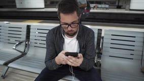 Turysta w Barcelona Podziemnym czekać na transporcie zdjęcie wideo