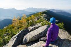 Turysta w górach kontempluje jesieni piękno natura zdjęcie royalty free