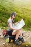 Turysta w naturze czyta mapę Obraz Royalty Free