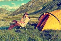 Turysta w obozie Zdjęcia Royalty Free