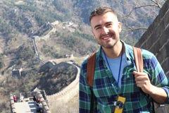 Turysta w oszałamiająco wielkim murze Chiny fotografia royalty free