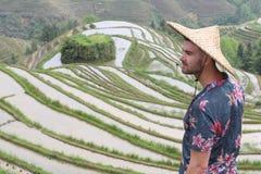 Turysta w tradycyjnej ryżowej plantacji zdjęcie royalty free