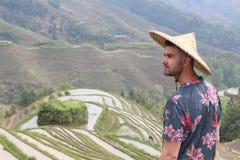 Turysta w wspaniałych Azjatyckich ryż tarasach zdjęcie royalty free