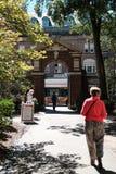 Turysta widzieć opuszczać uniwersyteta harwarda w opóźnionej jesieni Fotografia Stock