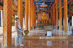 Turysta wizyta Theravada Buddyjski monaster fotografia stock