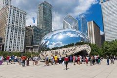 Turysta wokoło Obłocznego bramy ` Belkowaty ` przy milenium parkiem w Chicago, Illinois Zdjęcia Stock