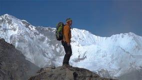 Turysta wspina się falezę w himalajach zdjęcie wideo