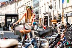 Turysta z bicyklem w starym miasteczku Zdjęcia Royalty Free