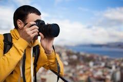Turysta z kamerą bierze obrazek Zdjęcie Stock