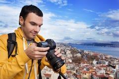 Turysta z kamerą bierze obrazek Obraz Stock