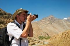 Turysta z kamerą w górach zdjęcie royalty free